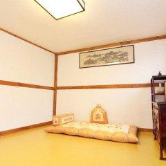 Отель Hyosunjae Hanok Guesthouse 2* Стандартный семейный номер с двуспальной кроватью (общая ванная комната) фото 6