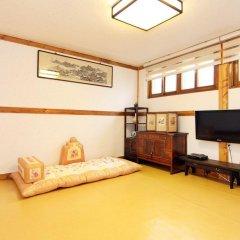 Отель Hyosunjae Hanok Guesthouse 2* Стандартный семейный номер с двуспальной кроватью (общая ванная комната) фото 5