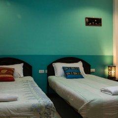 Отель Patong Bay Guesthouse 2* Улучшенный номер с 2 отдельными кроватями фото 5