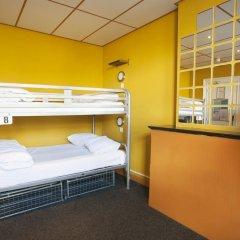 Отель The Flying Pig Uptown Кровать в общем номере с двухъярусной кроватью фото 7