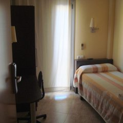 Отель Hostal Sant Sadurní Стандартный номер с различными типами кроватей