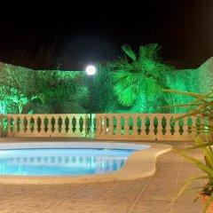 Отель Barumbara Farmhouse бассейн