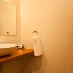 Отель Bears Den Mountain Lodge Хакуба ванная