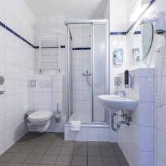 Отель a&o Berlin Mitte Германия, Берлин - 4 отзыва об отеле, цены и фото номеров - забронировать отель a&o Berlin Mitte онлайн ванная фото 2