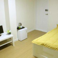 Отель Patio 59 Hongdae Guesthouse 2* Стандартный семейный номер с двуспальной кроватью