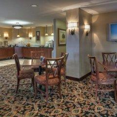 Отель Arlington Court Suites Hotel США, Арлингтон - отзывы, цены и фото номеров - забронировать отель Arlington Court Suites Hotel онлайн гостиничный бар
