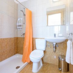 Отель Konnos Beach Villas ванная фото 2