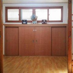 Отель Yeonwoo Guesthouse Стандартный семейный номер с двуспальной кроватью фото 15