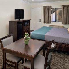 Отель Rodeway Inn & Suites LAX 2* Стандартный номер с различными типами кроватей фото 3