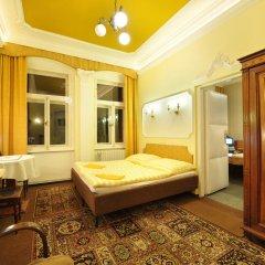 Отель Pension Amadeus 3* Стандартный семейный номер с двуспальной кроватью