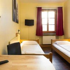 Euro Youth Hotel Стандартный номер с 2 отдельными кроватями (общая ванная комната) фото 2