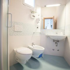 Hotel Caraibi Римини ванная