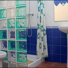 Отель Chalet Bungalow La Roa Испания, Кониль-де-ла-Фронтера - отзывы, цены и фото номеров - забронировать отель Chalet Bungalow La Roa онлайн ванная