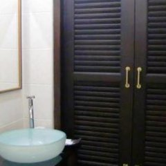 Отель The Royal ThaTien Village ванная