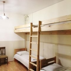 Envoy Hostel Стандартный семейный номер с двуспальной кроватью (общая ванная комната)