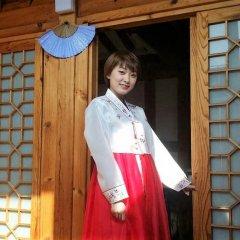 Отель Yeonwoo Guesthouse Стандартный семейный номер с двуспальной кроватью фото 16