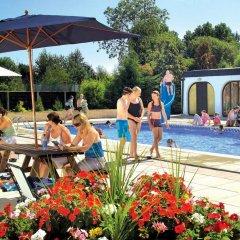 Отель White Rose Country Cottages бассейн