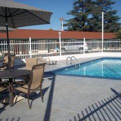 Отель Holiday Motel Oakdale бассейн