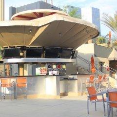 Отель Elara by Hilton Grand Vacations - Center Strip США, Лас-Вегас - 8 отзывов об отеле, цены и фото номеров - забронировать отель Elara by Hilton Grand Vacations - Center Strip онлайн бассейн