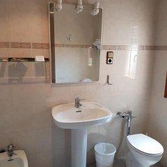 Отель Hostal Pirineos Ainsa Испания, Аинса - отзывы, цены и фото номеров - забронировать отель Hostal Pirineos Ainsa онлайн ванная