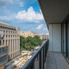 Отель Bridgestreet at Newseum Residences балкон