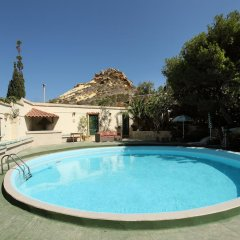 Отель Derek's Marsalforn Home бассейн