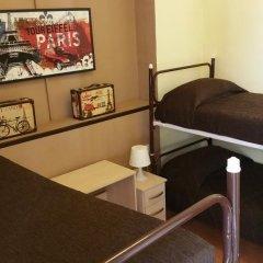 Отель Hostal MiMi Las Ramblas Номер с общей ванной комнатой с различными типами кроватей (общая ванная комната)