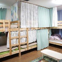 Отель Hikari House Кровать в мужском общем номере