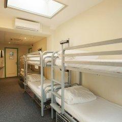 Отель The Flying Pig Uptown Кровать в общем номере с двухъярусной кроватью фото 5
