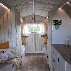 Отель The Little Hide - Grown Up Glamping Стандартный номер с различными типами кроватей фото 9