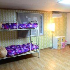 Отель Kimchee Hongdae Guesthouse Кровать в общем номере с двухъярусной кроватью фото 9