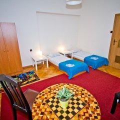 Отель B Movie Guest Rooms 2* Стандартный номер с 2 отдельными кроватями (общая ванная комната) фото 3