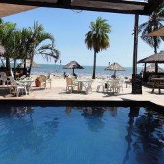 Smugglers Cove Beach Resort and Hotel бассейн