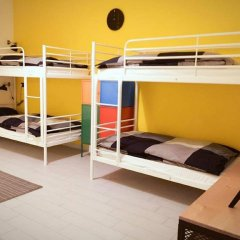 Отель Overseas Guest House Кровать в женском общем номере с двухъярусной кроватью