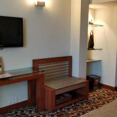 Отель The Suryaa New Delhi 5* Люкс повышенной комфортности с различными типами кроватей фото 12