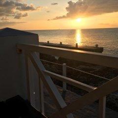 Отель Comfort Suites Seven Mile Beach Каймановы острова, Севен-Майл-Бич - отзывы, цены и фото номеров - забронировать отель Comfort Suites Seven Mile Beach онлайн балкон
