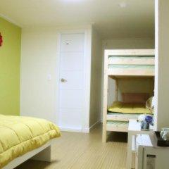 Отель Patio 59 Hongdae Guesthouse 2* Стандартный семейный номер с двуспальной кроватью фото 2