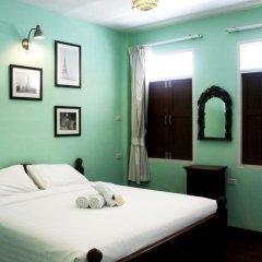Отель Feung Nakorn Balcony Rooms and Cafe 3* Стандартный семейный номер с различными типами кроватей фото 6