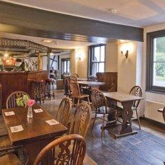 Отель The May Garland Inn гостиничный бар
