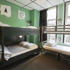 Отель The Flying Pig Uptown Кровать в общем номере с двухъярусной кроватью фото 6