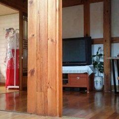 Отель Yeonwoo Guesthouse Стандартный семейный номер с двуспальной кроватью фото 6