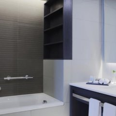 Отель Crowne Plaza Belgrade Сербия, Белград - отзывы, цены и фото номеров - забронировать отель Crowne Plaza Belgrade онлайн ванная