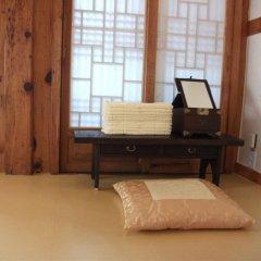Отель Hyosunjae Hanok Guesthouse 2* Стандартный номер с различными типами кроватей (общая ванная комната) фото 11