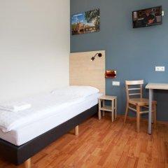 Отель A&O Berlin Friedrichshain 2* Стандартный номер с различными типами кроватей фото 4