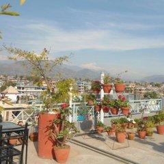 Отель Fewa Holiday Inn Непал, Покхара - отзывы, цены и фото номеров - забронировать отель Fewa Holiday Inn онлайн балкон