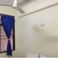 Отель Chart Guesthouse Бангкок сейф в номере