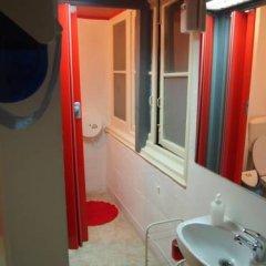 Отель LxCorner Hostel Португалия, Лиссабон - отзывы, цены и фото номеров - забронировать отель LxCorner Hostel онлайн ванная