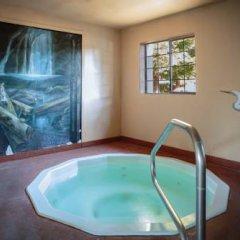 The Redwood Riverwalk Hotel бассейн