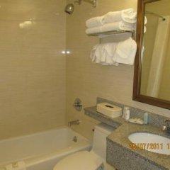 Отель Comfort Inn At LaGuardia Airport США, Нью-Йорк - отзывы, цены и фото номеров - забронировать отель Comfort Inn At LaGuardia Airport онлайн ванная