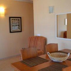 Отель Los Pinares Seaview Apartments Испания, Бланес - отзывы, цены и фото номеров - забронировать отель Los Pinares Seaview Apartments онлайн интерьер отеля